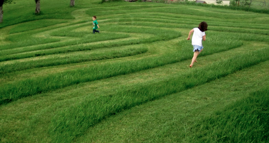 Back yard maze from - wantingwhatyouhave.com (1024x546)